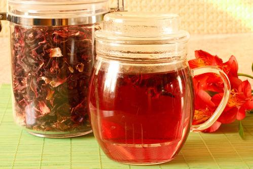 Заваренный чай гибискуса и сухие лепестки
