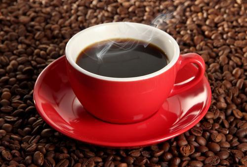 Горячий кофе на фоне кофейных зерен