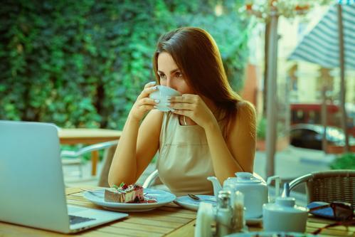 Девушка с кружкой чая за работой