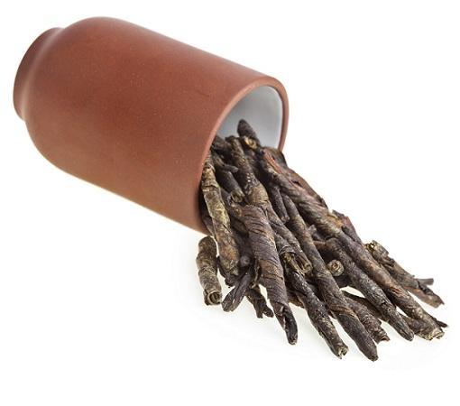 Скрученные листочки чая кудин