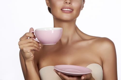 Красивая девушка с кружкой чая