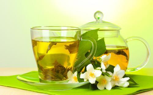 Прозрачные кружка и чайник с зеленым чаем