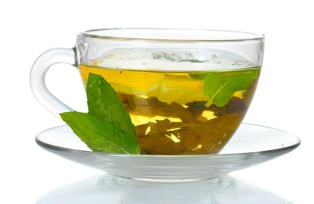 Зеленый чай в прозрачной кружке