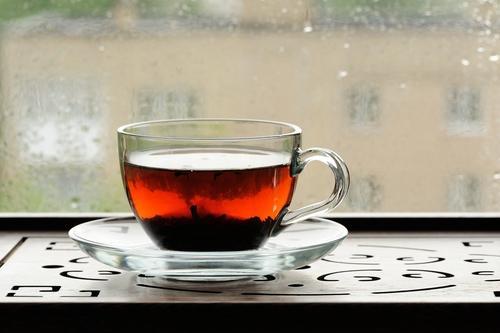 Чашка свежезаваренного чая шу пуэр