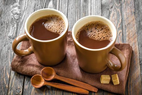 Горячий какао в кружках