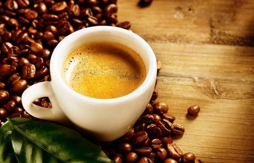 Чашка кофе эспрессо на фоне кофейных зерен