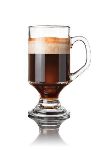 Коктейль кофе с колой в бокале