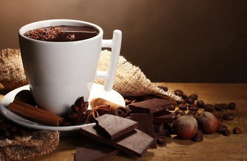 Чашка кофе с шоколадом и корицей