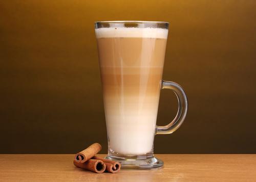 Кофе латте с палочкой корицы