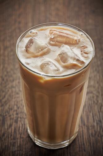 Стакан кофе со льдом и молоком