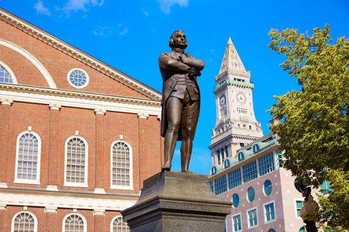 Статуя Сэмюэлю Адамсу в Бостоне