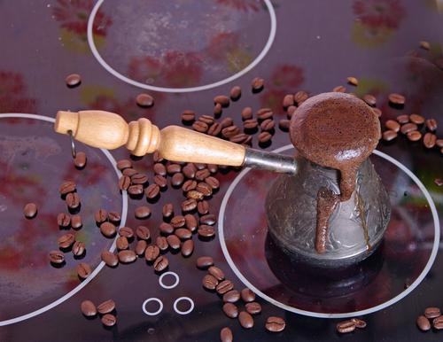 Турка с кофе на плите