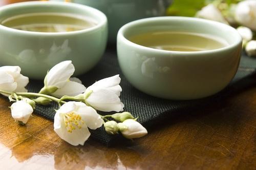 Зеленый чай с жасмином на столе