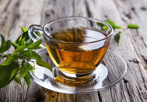 Зеленый чай в прозрачной чашке