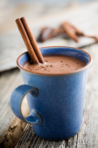 Кружка горячего какао с палочкой корицы