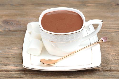 Кружка бодрящего напитка какао