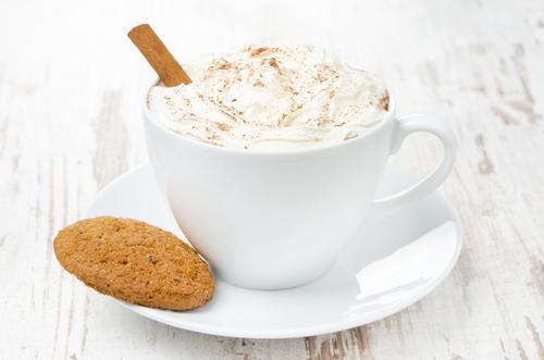 Чашка какао с корицей и взбитыми сливками
