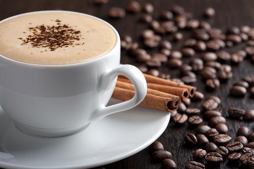 Чашка кофе с молоком и корицей