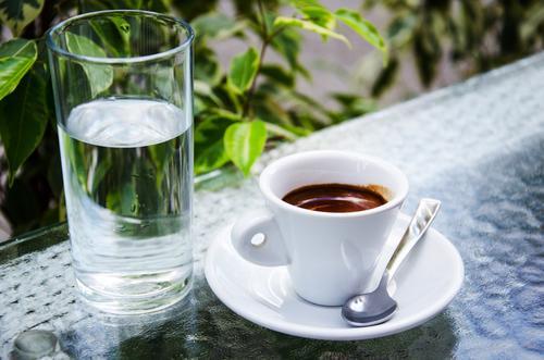 Чашка крепкого кофе и стакан воды