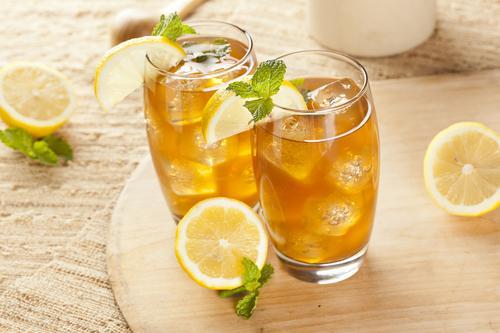 Освежающий ледяной чай с лимоном