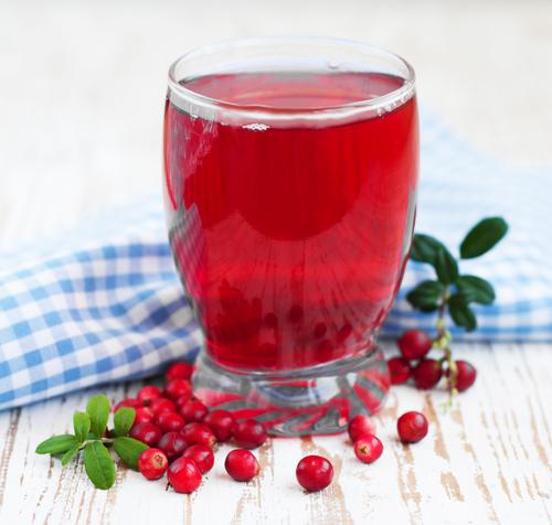 Стакан сок из свежих ягод клюквы