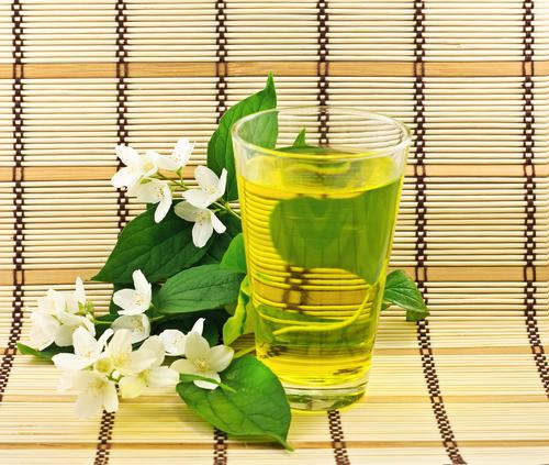 Жасминовый чай и лепестки цветка