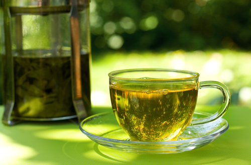 Свежезаваренный зеленый чай