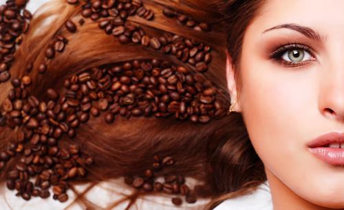 Роскошные волосы на фоне кофейных зерен