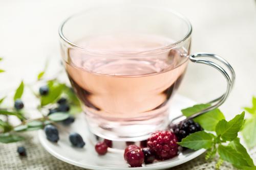 Кружка чая с лесными ягодами