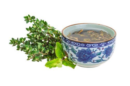Заваренный в пиале чай из сушенного чабреца