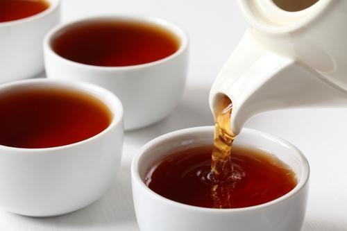 Свежезаваренный черный чай в пиалах
