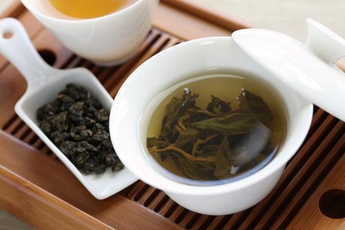 Приготовление зеленого чая для китайской чайной церемонии