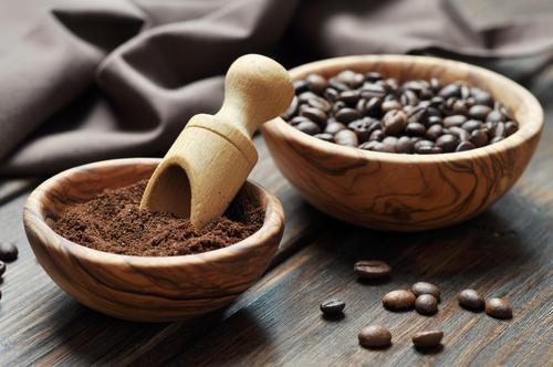 Молотый кофе в чашке