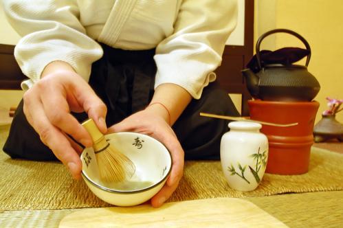 Чайный мастер заваривает чай