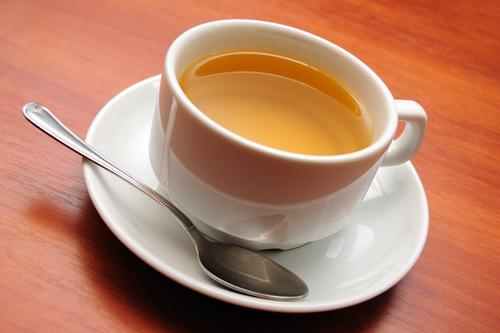 Зеленый чай в фарфоровой кружке
