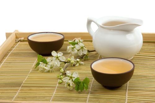 Зеленый чай в керамических чашках и чайнике
