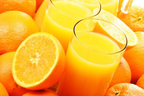 Апельсиновый лимонад на фоне свежих фруктов