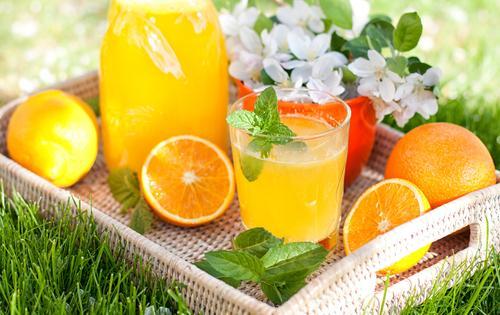 Лимонад из апельсинов на подносе