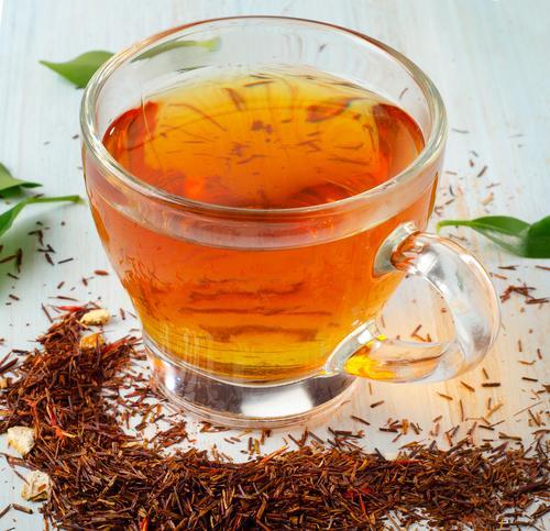 Чашка красного чая ройбуш