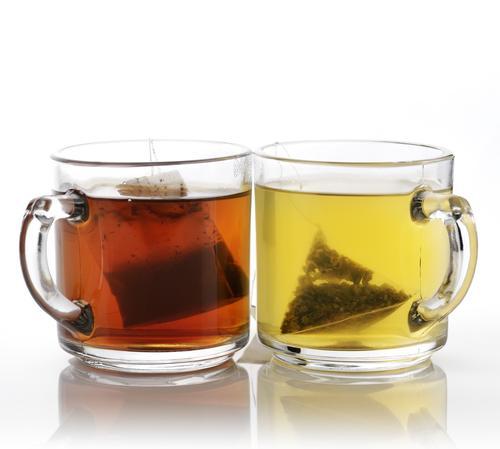 Кружки зеленого и черного пакетированного чая