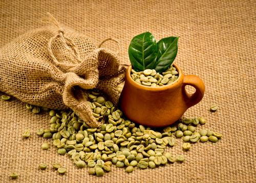 Зеленые зерна кофе в мешочке