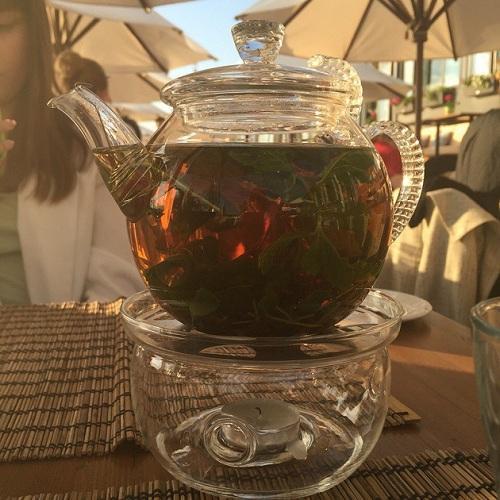 Заваренный в чайнике чай с мятой и чабрецом