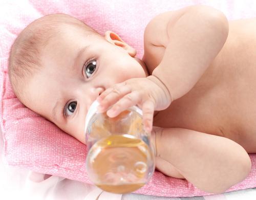 Ромашковый чай в бутылочке для грудничка