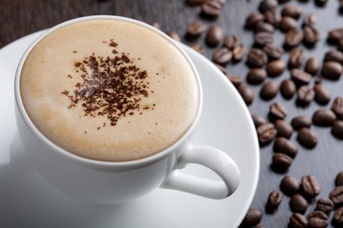 Чашка кофе с густой молочной пеной