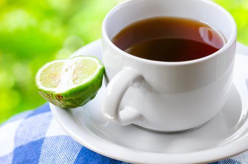 Чашка черного чая с бергамотом
