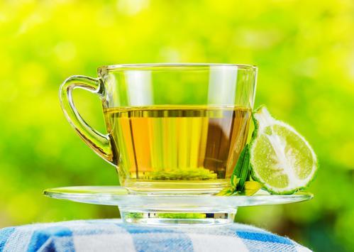 Кружка зеленого чая с бергамотом