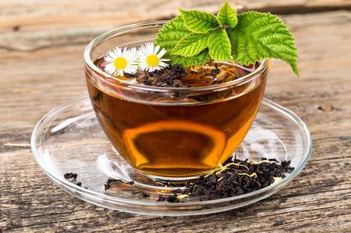 Чашка ромашкового чая с мятой
