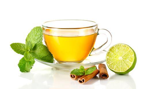 Чашка чая с мятой и корицей