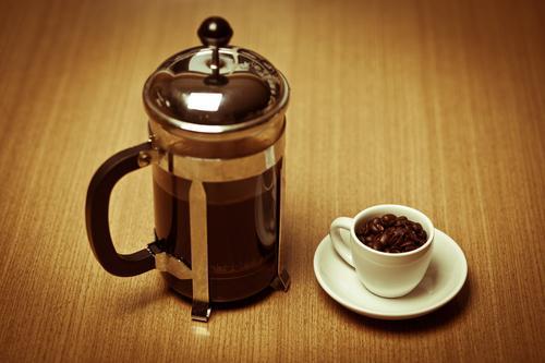 Кофейные зерна для заваривания во френч прессе
