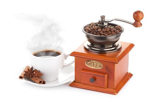 Кофемолка и чашка кофе из свежемолотых зерен